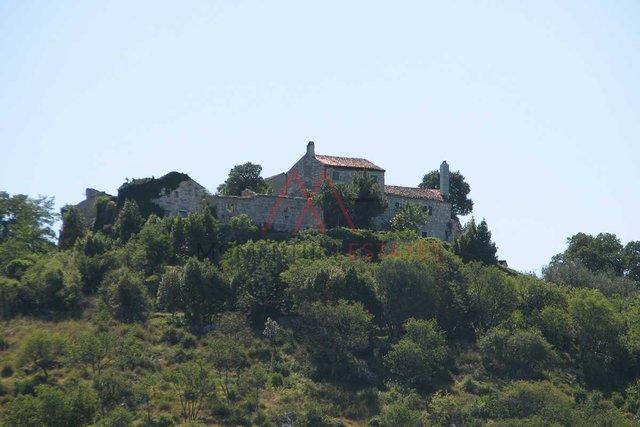 Kaštel, 2 ruševine sa terenom i pogledom na more